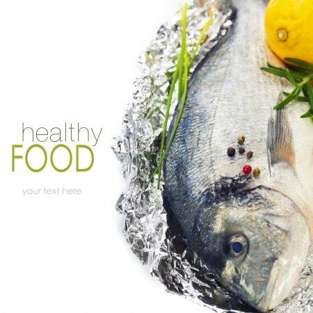 Photo pour Poisson dorada frais au thym et citron sur blanc - nourriture et boisson (avec un échantillon de texte facilement amovible ) - image libre de droit