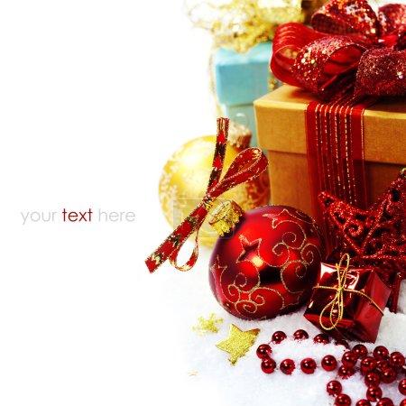 Foto de Composición de Navidad con caja de regalo y decoración - Imagen libre de derechos