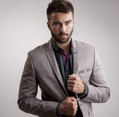 Elegantní mladý pohledný muž. portrét módní Studio