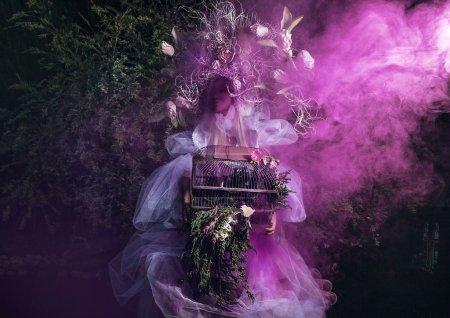 Photo pour Image de mode de fille sensuelle dans la stylisation fantastique lumineux. Conte de fées en plein air art photo . - image libre de droit
