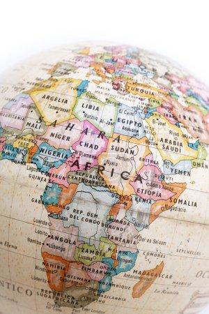 Photo pour Partie d'un globe avec la carte de l'Afrique isolé sur fond blanc - image libre de droit
