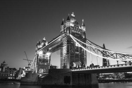 Hermosos colores de Tower Bridge al anochecer - Londres