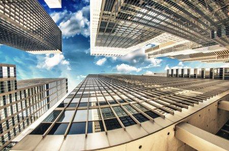 Photo pour Groupe de gratte-ciels avec ciel dramatique, vue fisheye. - image libre de droit