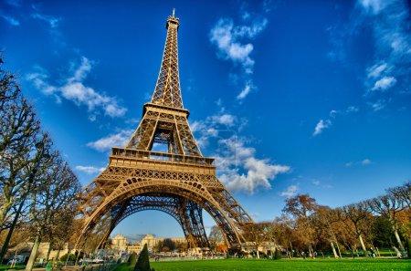 Photo pour La tour eiffel - journée d'hiver belle de paris, eiffel tour du champs de mars - france - image libre de droit