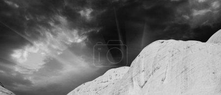 Photo pour Rochers et montagnes de l'Outback australien, Territoire du Nord - image libre de droit