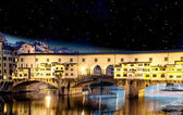 Západ slunce barvy ve Florencii, ponte vecchio, Itálie