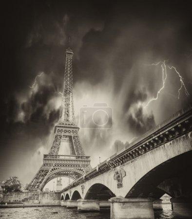 Photo pour Tempête au-dessus de la Tour Eiffel à Paris . - image libre de droit