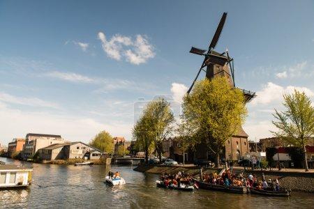 Photo pour Canaux d'Amsterdam. Architecture typique d'Amsterdam. Espace urbain au printemps - image libre de droit