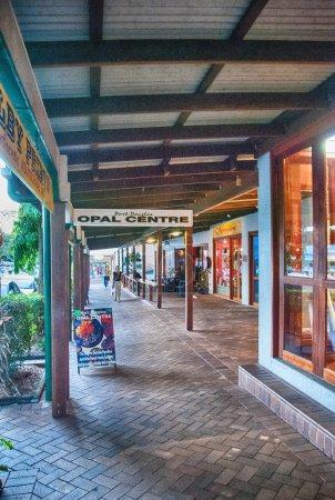 Photo pour PORT DOUGLAS, AUTRICHE - 24 JUL : Rues colorées de la ville le 24 juillet 2010 à Port Douglas, Australie. Plus d'un million de personnes visitent la ville chaque année . - image libre de droit