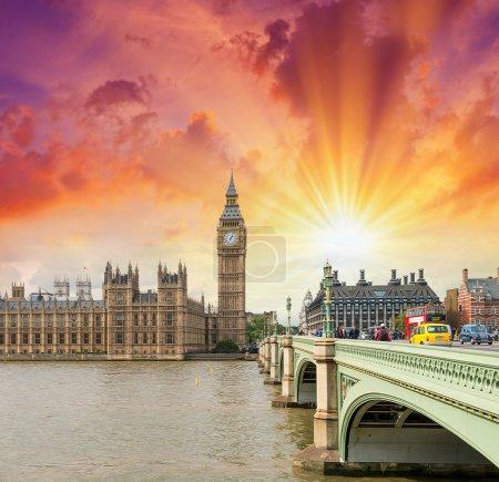 Photo pour London. pont de Westminster et des chambres du Parlement sur une belle soirée. - image libre de droit
