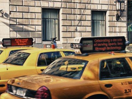 Photo pour New york city - 27 sept : accélérer les taxis jaunes dans les rues de la ville, 27 septembre 2006 à new York. Il y a plus de 10 000 taxis jaunes de new york. - image libre de droit