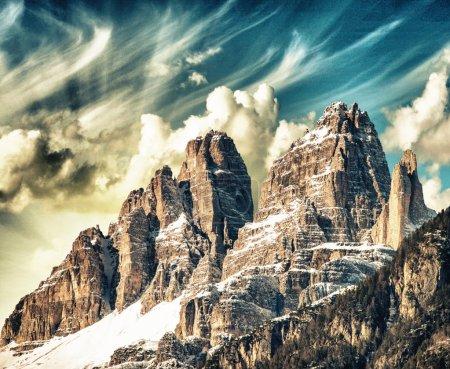 Photo pour Hauts sommets des Dolomites. Scénario Alpes italiennes au coucher du soleil d'hiver . - image libre de droit