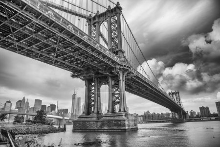 Photo pour Le pont de manhattan, new york city. grand-angle impressionnante vue vers le haut. - image libre de droit