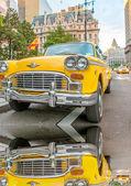 Ročník žluté taxi v ulicích new Yorku s ovladačů, které čekání na