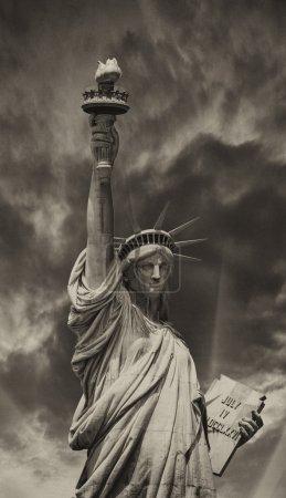 Photo pour Coucher du soleil derrière la statue de la liberté - new york. - image libre de droit