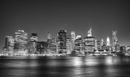 Photo pour Vue de la nuit noire et blanc de gratte-ciel de manhattan. - image libre de droit