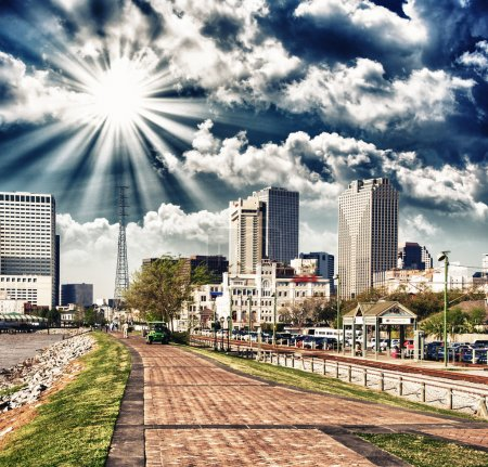 Photo pour La Nouvelle-Orléans au coucher du soleil. Vue spectaculaire sur la promenade fluviale avec des bâtiments de la ville . - image libre de droit