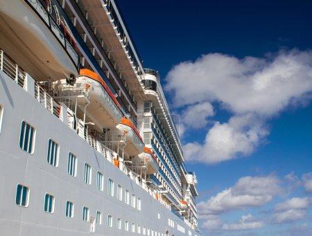 Photo pour Ciel bleu au-dessus du bateau de croisière . - image libre de droit
