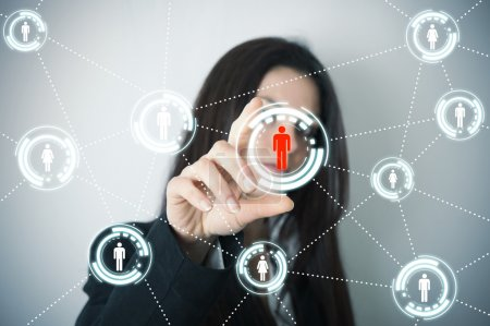Foto de Empresaria es compatible con redes sociales en pantalla futurista - Imagen libre de derechos