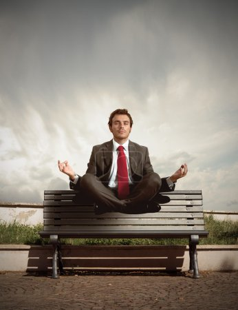 Photo pour Élévation d'un homme d'affaires à se détendre - image libre de droit