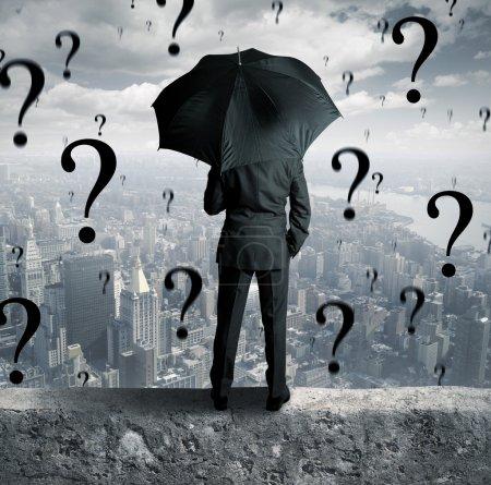 Photo pour Concept d'homme d'affaires entouré de questions - image libre de droit