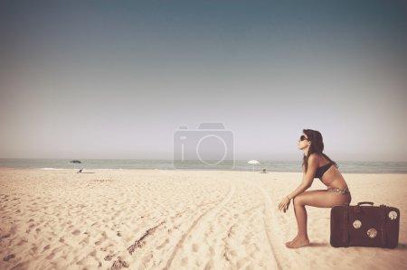Photo pour Belle fille avec un sac dans une plage - image libre de droit