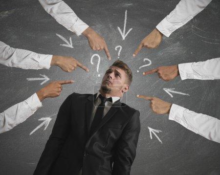 Photo pour Concept d'homme d'affaires accusé avec les doigts pointant - image libre de droit