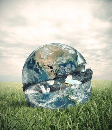 Foto de Concepto de basura con el mundo en un campo verde. palabra proporcionado por la nasa. - Imagen libre de derechos