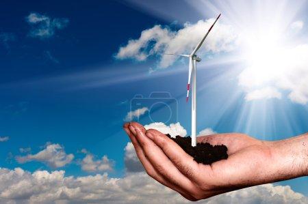 Photo pour Main qui tient l'éolienne - image libre de droit