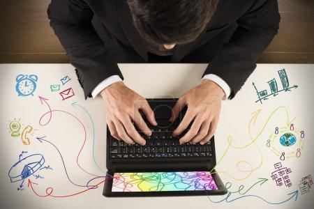Photo pour Homme d'affaires travaillant sur ordinateur portable avec une tâche différente - image libre de droit