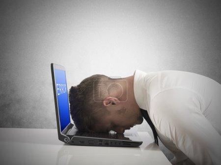 Photo pour Homme d'affaires avec un écran bleu d'erreur de l'ordinateur portable - image libre de droit