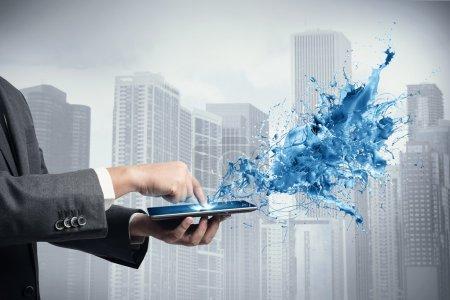 Photo pour Concept de technologie créative avec homme d'affaires et tablette - image libre de droit
