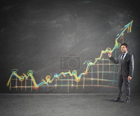 Photo pour L'homme d'affaires montrant des statistiques proactives de la société - image libre de droit
