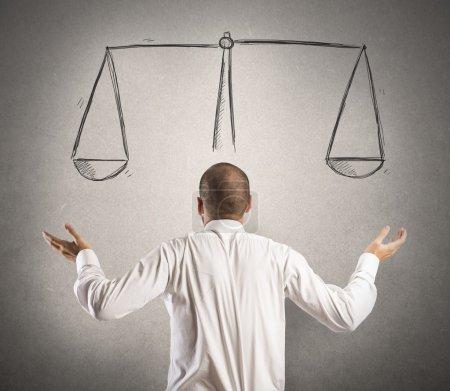 Photo pour Décision d'un homme d'affaires avec un dessin de l'équilibre - image libre de droit