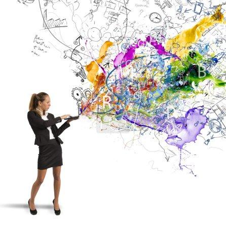 Photo pour Femme d'affaires travaille sur une idée d'entreprise créative - image libre de droit