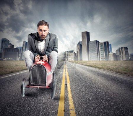 Photo pour Homme d'affaires conduisant une voiture rapide. Un homme passe un permis de conduire. - image libre de droit