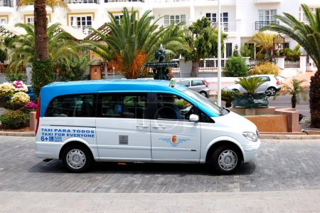 Photo pour Tenerife, Espagne - 25 mai : la fourgonnette de viano mercedes-benz sert une voiture de taxi le 25 mai 2011 à l'île de tenerife, Espagne. 5160203 touristes ont visité isla tenerife - image libre de droit