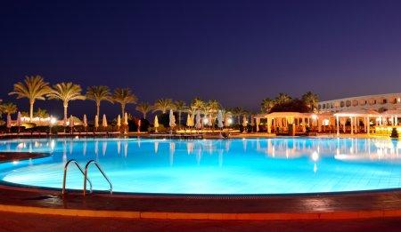 Photo pour Coucher de soleil et piscine à l'hôtel de luxe, Sharm el Sheikh, Égypte - image libre de droit
