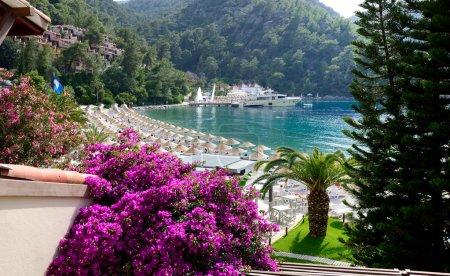 yachts à la jetée et la plage sur méditerranéenne turque resort, fe
