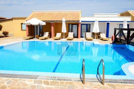 Photo pour Piscine près de villa de luxe, peloponnes, Grèce - image libre de droit