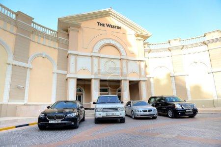 Photo pour Dubaï, Émirats Arabes Unis - 11 septembre : l'hôtel westin et limousines sur 11 septembre 2013 à Dubaï, Émirats Arabes Unis. C'est une ville de canal artificiel, construite le long d'un tronçon de deux milles (3 kilomètres) du littoral du golfe Persique. - image libre de droit