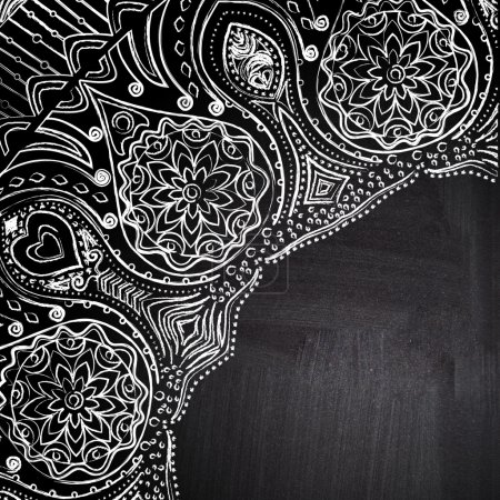 Photo pour Coin floral de craie sur tableau noir ardoise. ornement rond ajouré, fond de cercle avec beaucoup de détails, ressemble à crochet dentelle sur fond grunge, dessins arabesques de dentelle. - image libre de droit