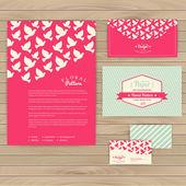 Květinová ročník svatebních karet na texturu dřeva, pozvánky