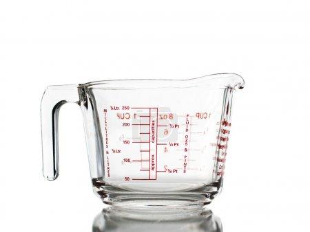 Photo pour Tasse à mesurer isolée sur fond blanc. Gros plan - image libre de droit
