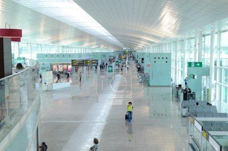 Photo pour Barcelone - 12 juin 2011 : une vue générale d'une salle à l'aéroport international de Barcelone le 12 juin 2011 en Espagne. un du plus grand aéroport d'europe - image libre de droit