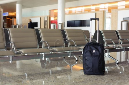 Photo pour Sac noir dans le hall de l'aéroport - image libre de droit