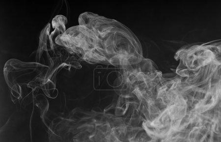 Photo pour Fumée blanche dense sur fond noir - image libre de droit