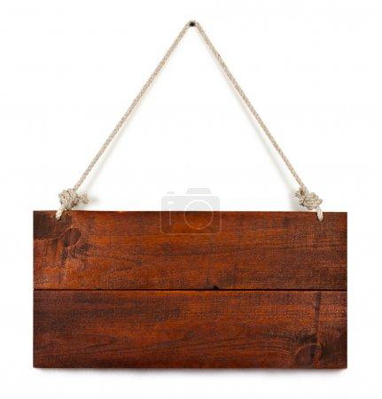 Photo pour Enseigne en bois vierge accrochée à une corde. isolé sur blanc. avec chemin de coupe . - image libre de droit