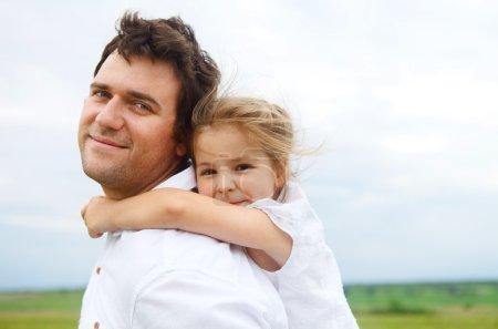 heureux jeune père avec petite fille