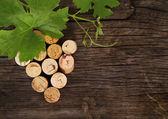 Ze zátky láhev vína na dřevěné pozadí